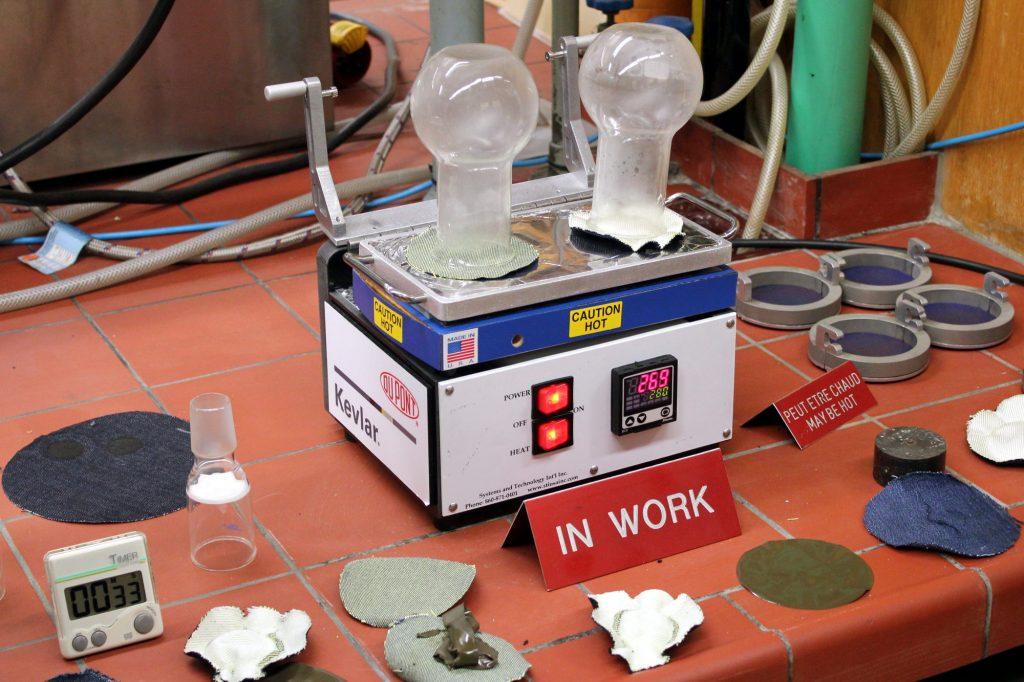 Le test à la plaque chauffante met en évidence la résistance du Kevlar® à la chaleur