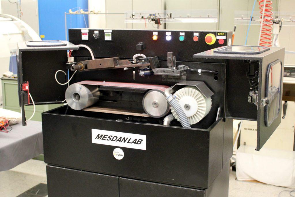 Un banc MESDAN, destiné à tester l'abrasion par impact d'un échantillon de textile