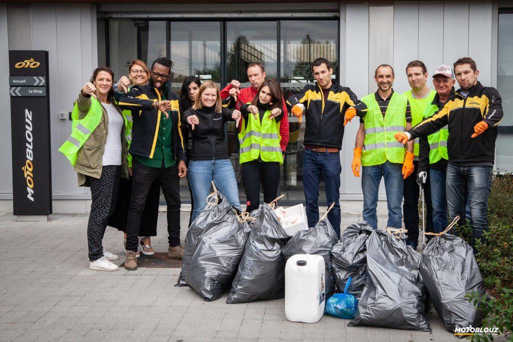 Toute l'équipe Motoblouz a mis la main à la pâte… Enfin, aux déchets !
