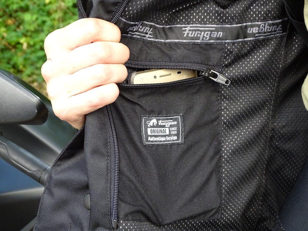 La poche intérieure peut accueillir un smartphone, on retrouve la même sur la doublure hiver