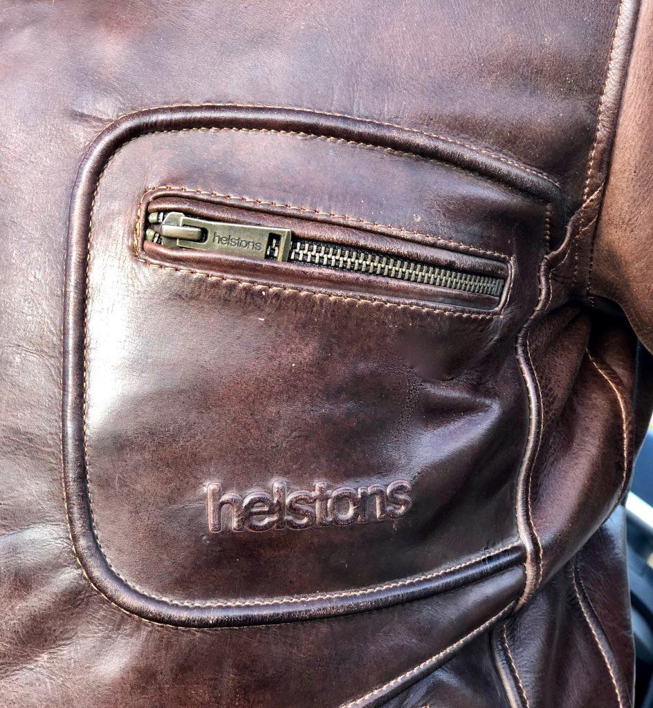 Attention (portée) aux détails et à la finition sur le blouson Helstons Reno