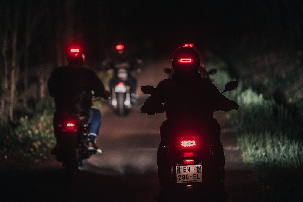 Le feu stop connecté Cosmo Connected peut aussi s'utiliser en mode clignotant pour une meilleure visibilité de nuit