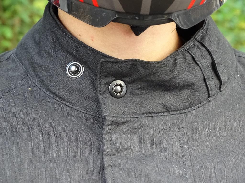 Fermeture par bouton pression au col de la veste Furygan Zeno