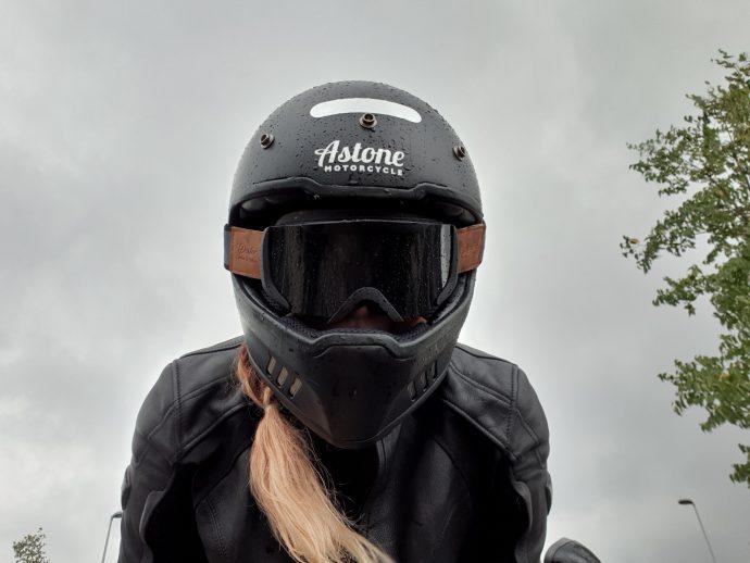 Le casque Astone SUPER RETRO porté, accompagné du masque DEXTER BINOCLE