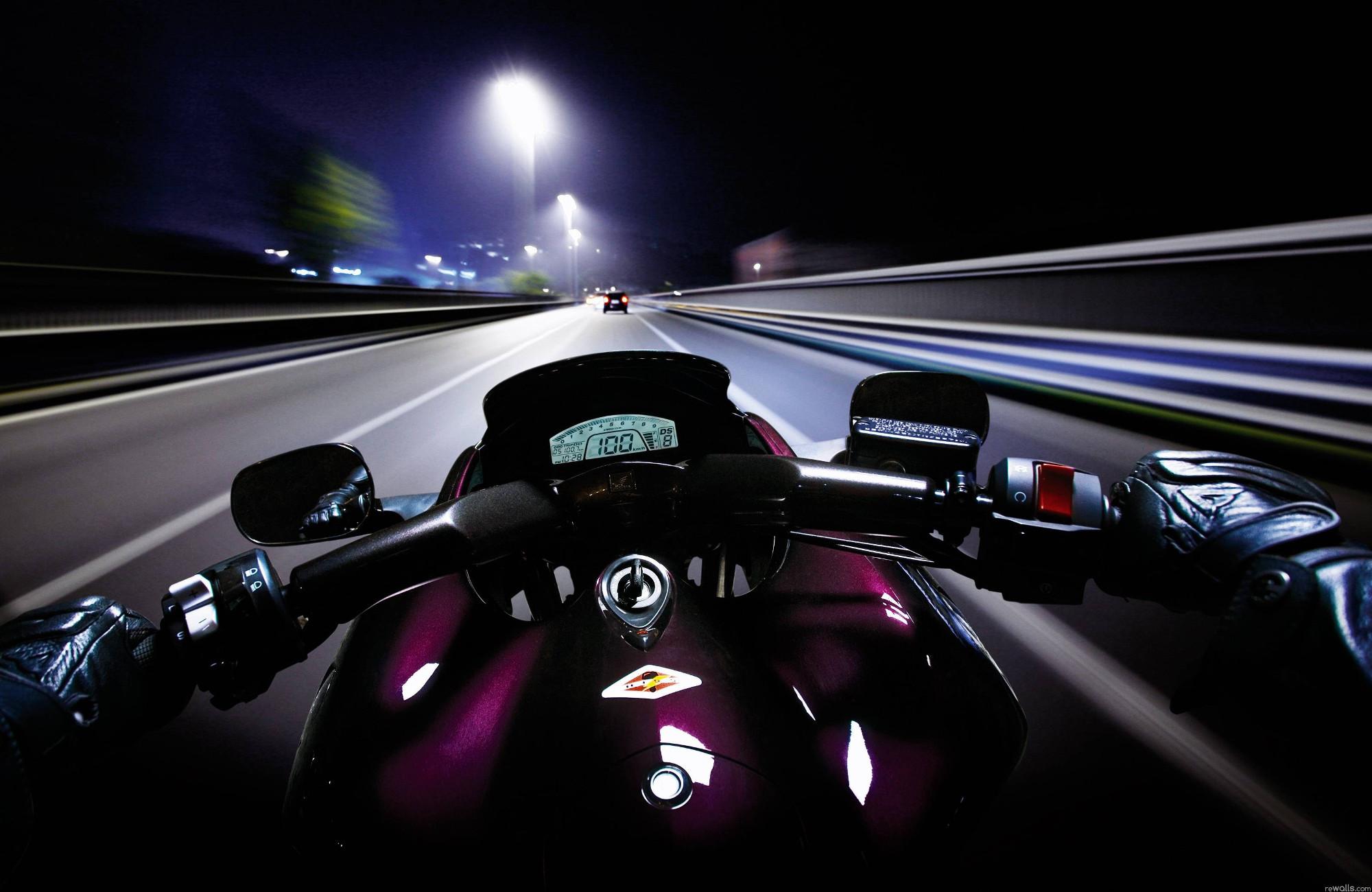 Rouler à moto la nuit : Le pilotage