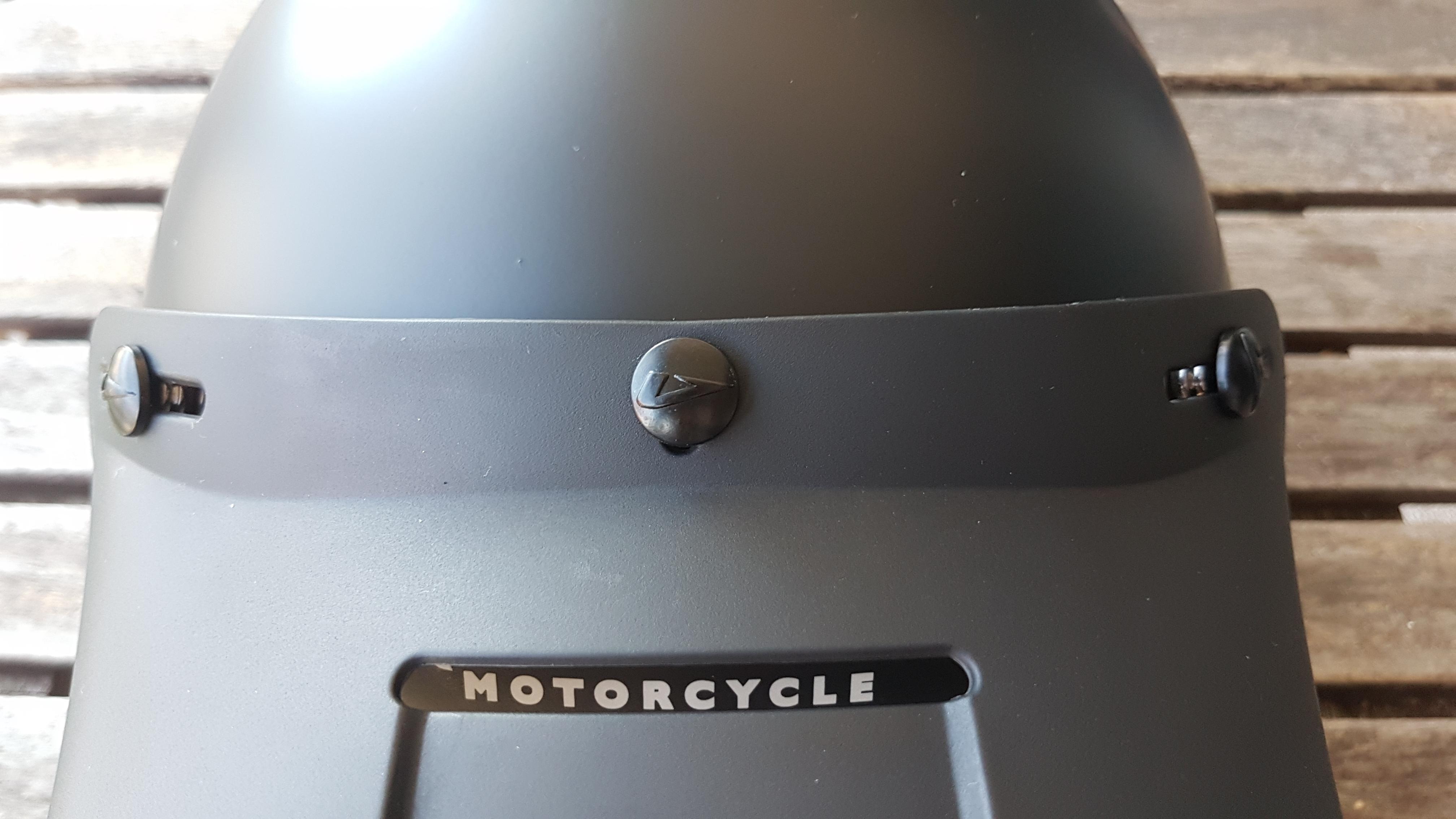 Une visière amovible sur le casque Astone SUPER RETRO