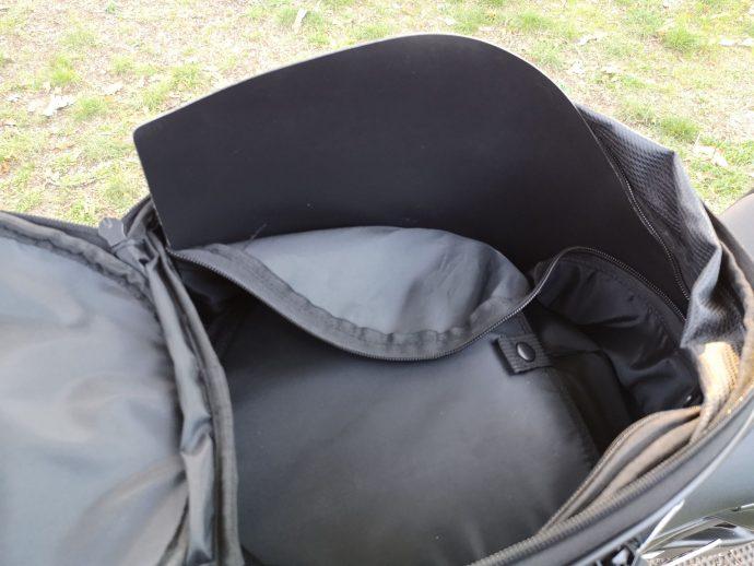 Voici le renfort qui donne sa rigidité au RA311R. Le retirer permet de profiter d'un sac entièrement souple.