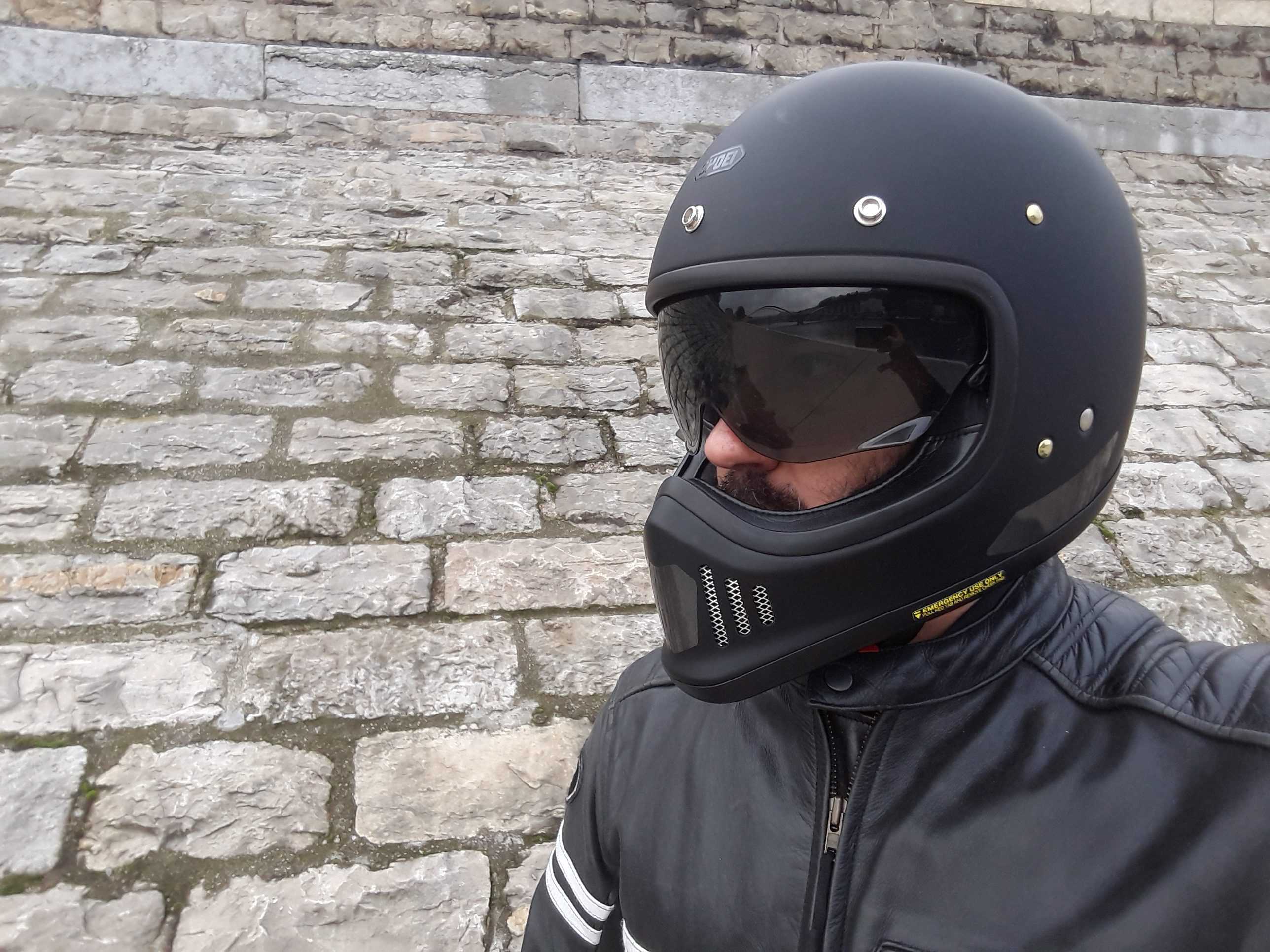 Look de bad boy avec le casque Shoei EX-ZERO