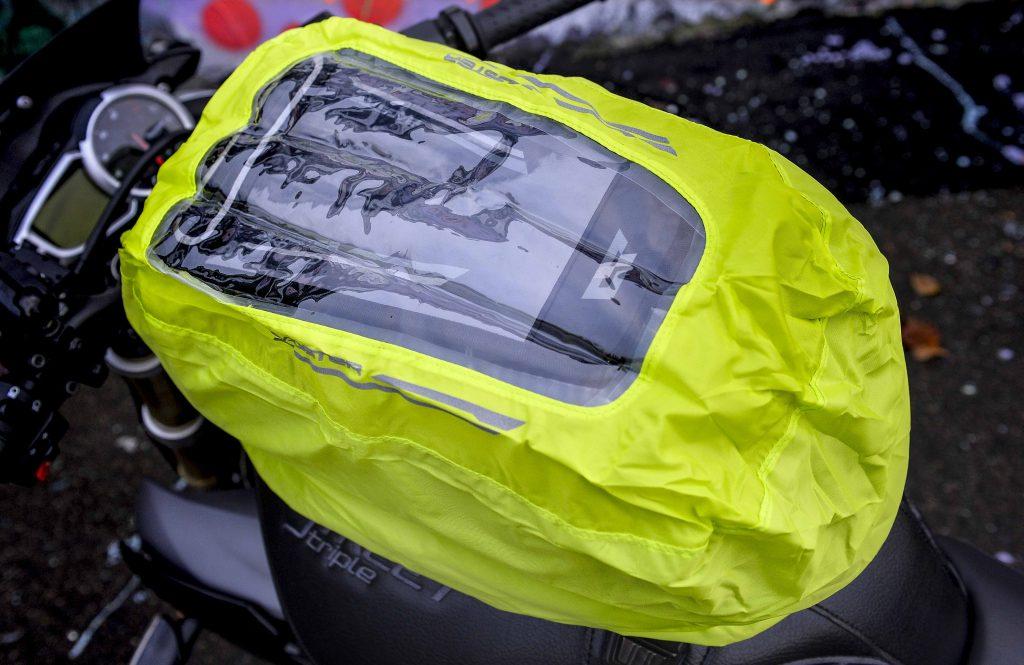 La housse de protection contre la pluie de la sacoche Bagster Carbonrace est équipée d'une fenêtre transparente