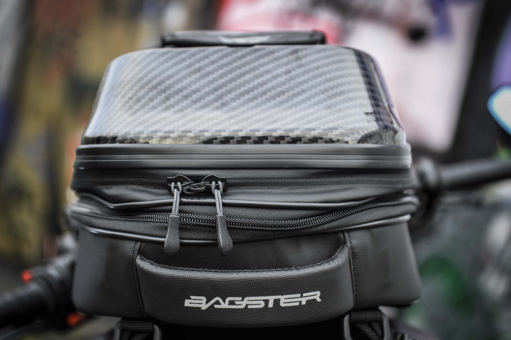 Sacoche Bagster Carbonrace : on trouve une confortable poignée de transport à l'arrière