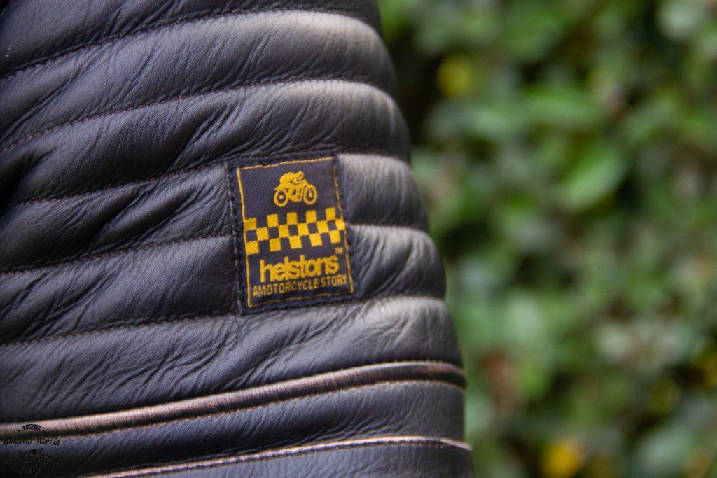 Le détail du logo Helstons… La classe de la marque Française.