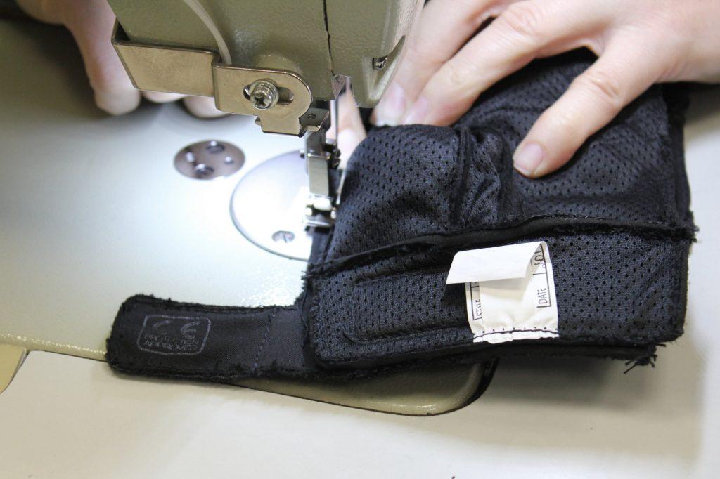 Le gant est assemblé à l'envers puis retourné pour que les coutures soient à l'intérieur