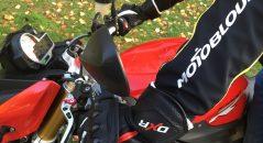 Les gants DXR WildCards CE en position de conduite
