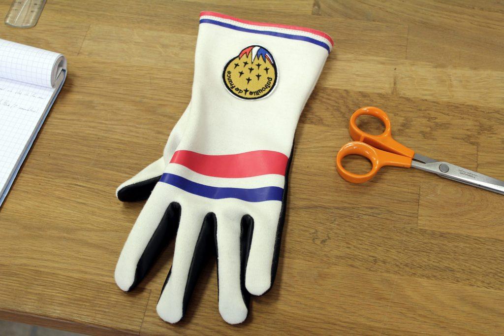 Un gant de la patrouille de France