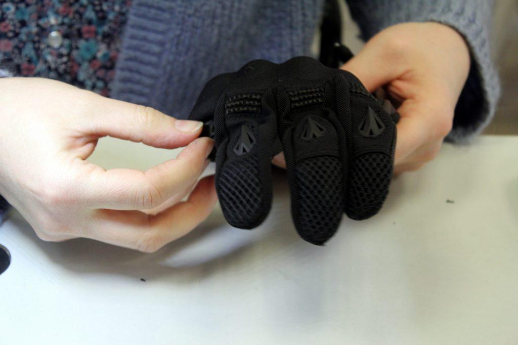 Le retournement du gant révèle l'aspect final du gant