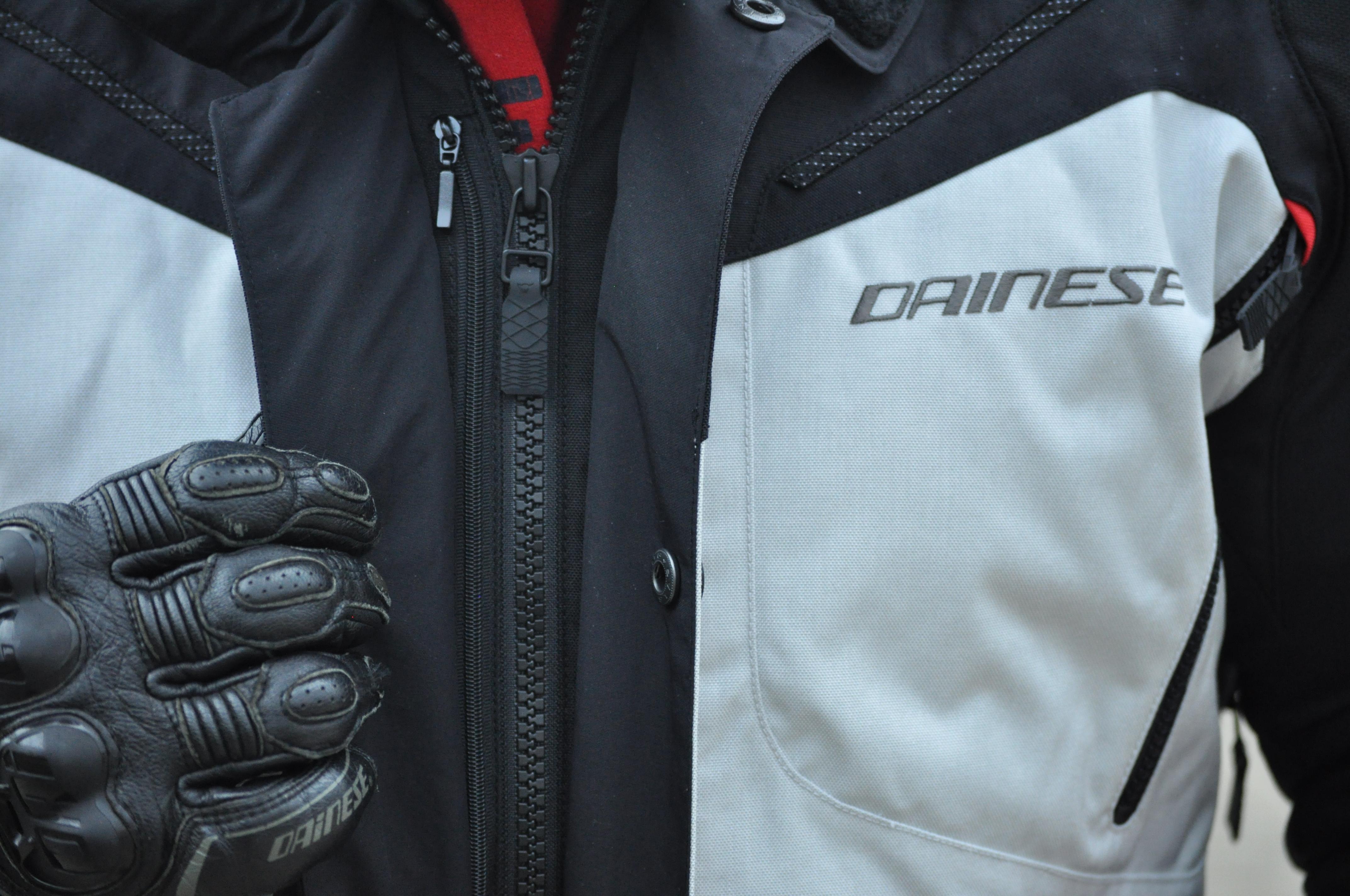 Fermeture principale de la veste Dainese TEMPEST 2 D-DRY et système Idraflap