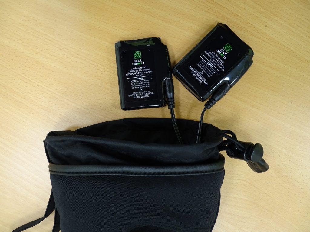 Il est possible de brancher deux batteries par gant pour plus d'autonomie