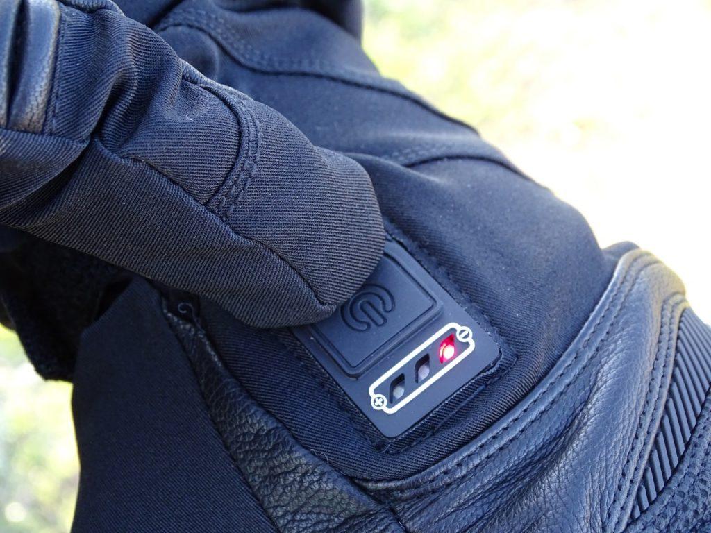 Le bouton des gants chauffants Racer Connectic 3 est suffisamment gros pour être utilisé avec facilité
