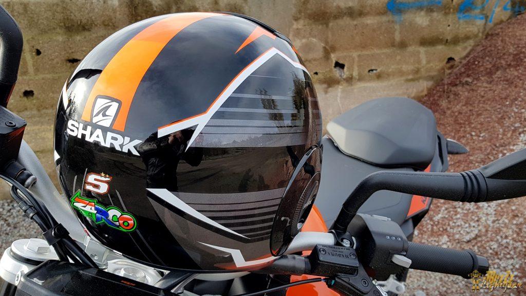 Dans cette livrée «Replica Zarco Malaysian GP», le casque Shark Street Drak affiche un look racé