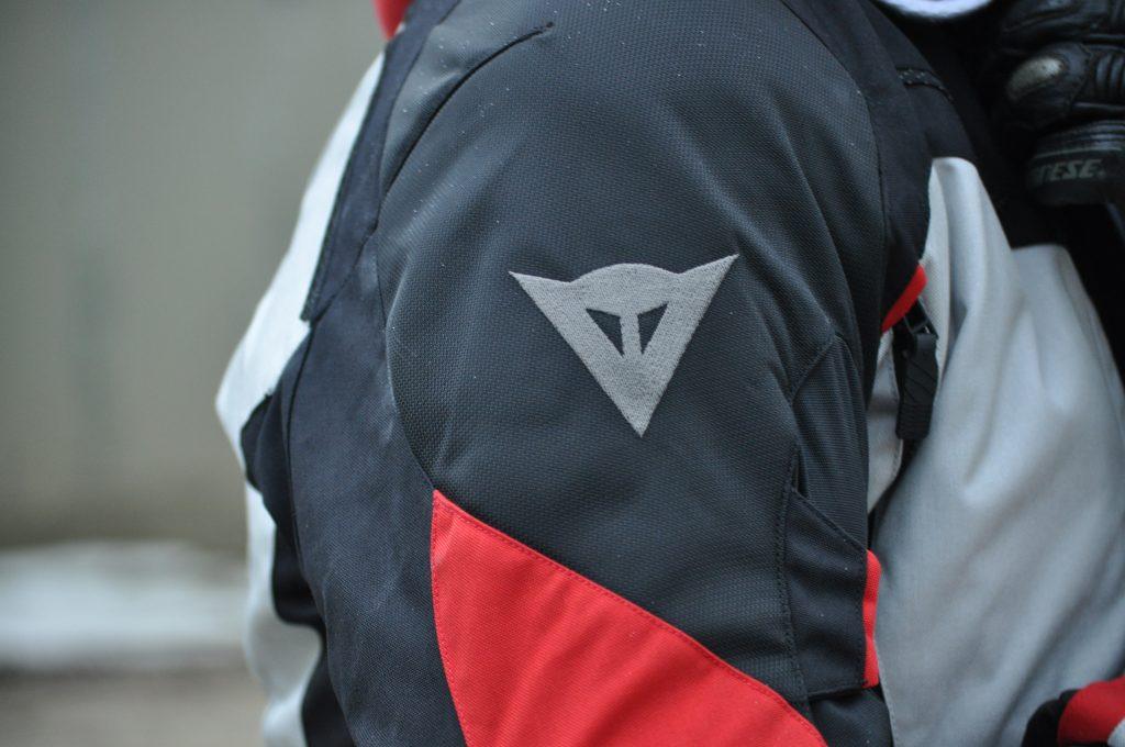 Le logo Dainese, présent sur l'épaule de la veste Dainese TEMPEST 2 D-DRY