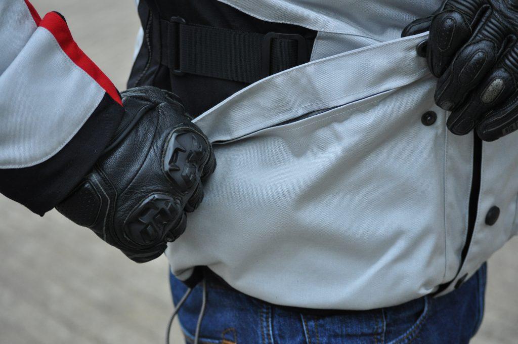 La veste Dainese TEMPEST 2 D-DRY dispose d'une large poche extérieure