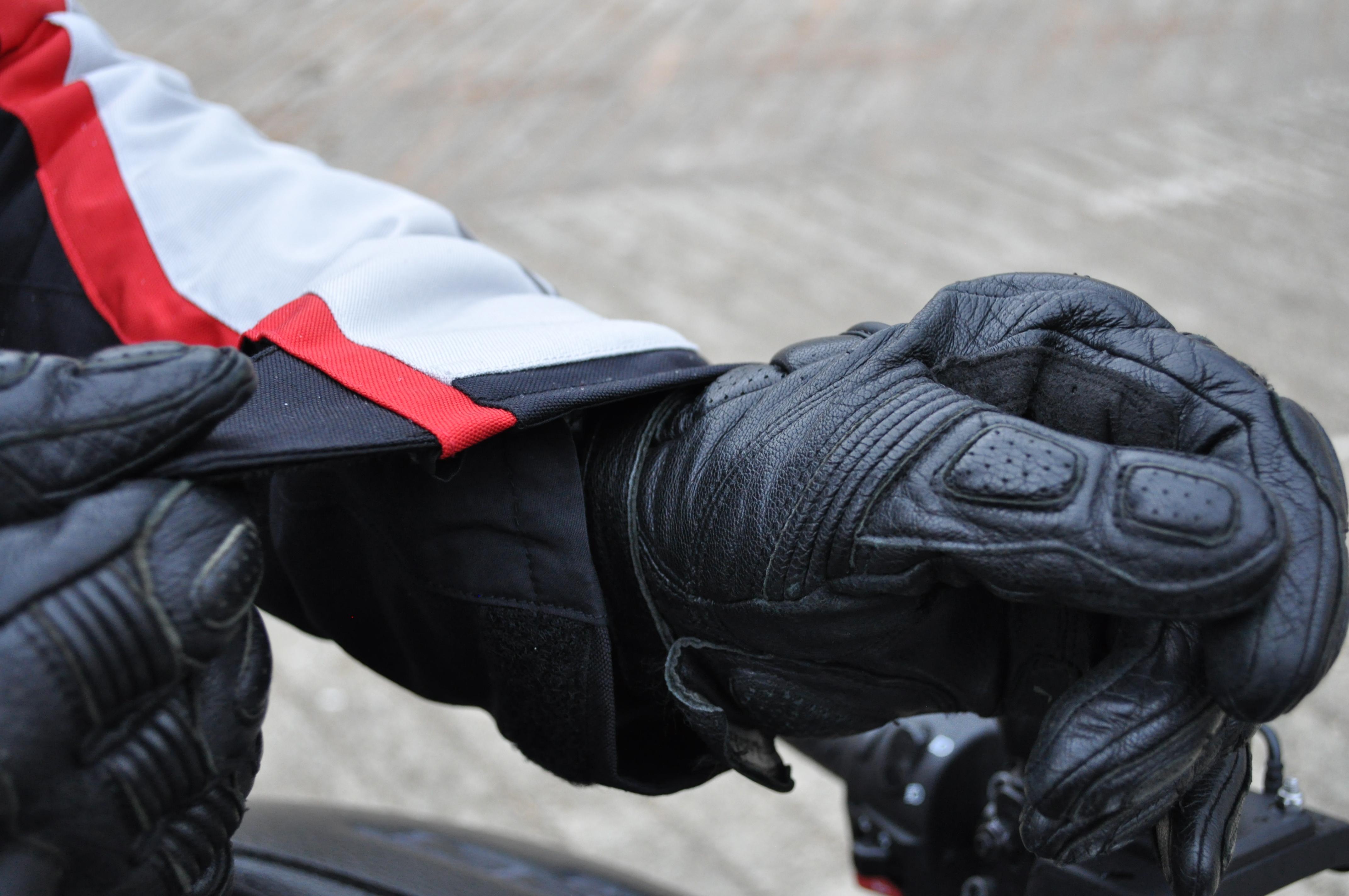 Serrage des manches velcro sur la veste Dainese TEMPEST 2 D-DRY