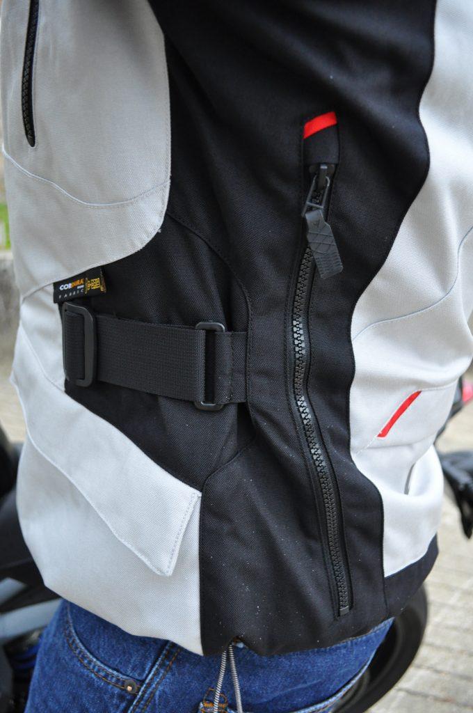 Une large ventilation dans le dos pour la veste Dainese TEMPEST 2 D-DRY