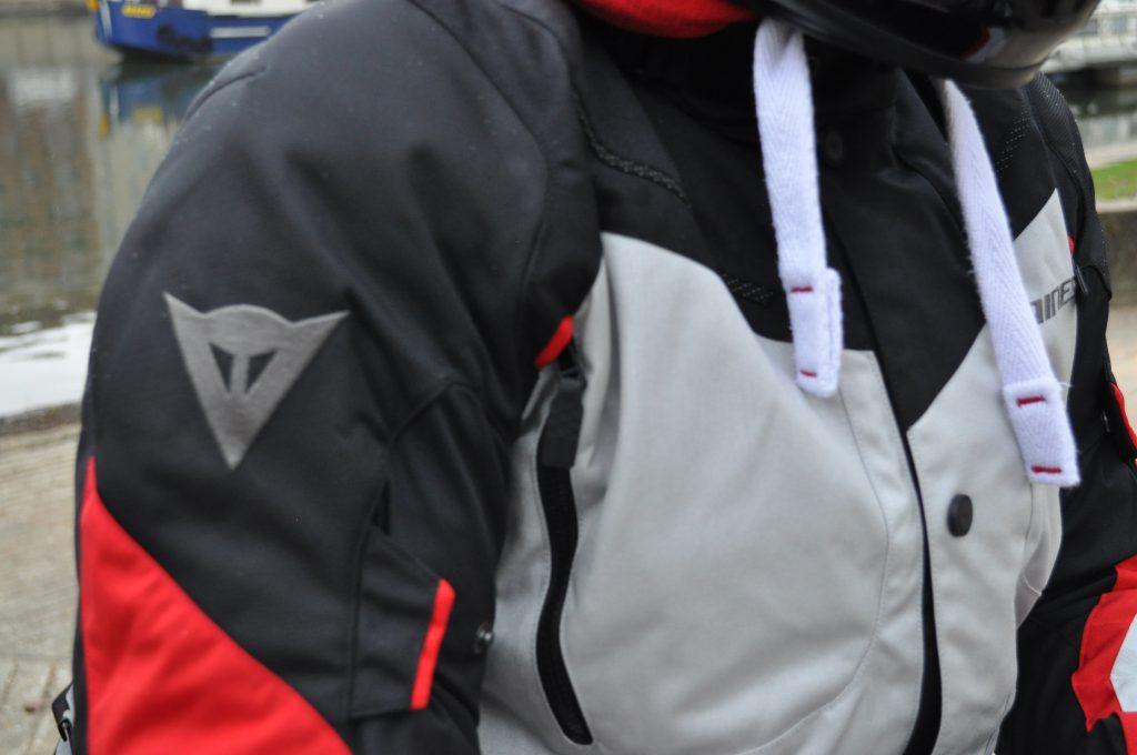 Nombreuses ventilations sur la veste Dainese TEMPEST 2 D-DRY