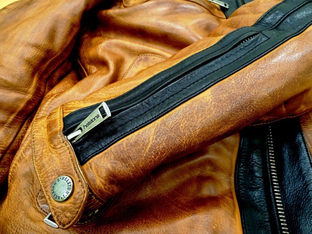 Un zip permet d'enfiler la manche avec plus de facilité