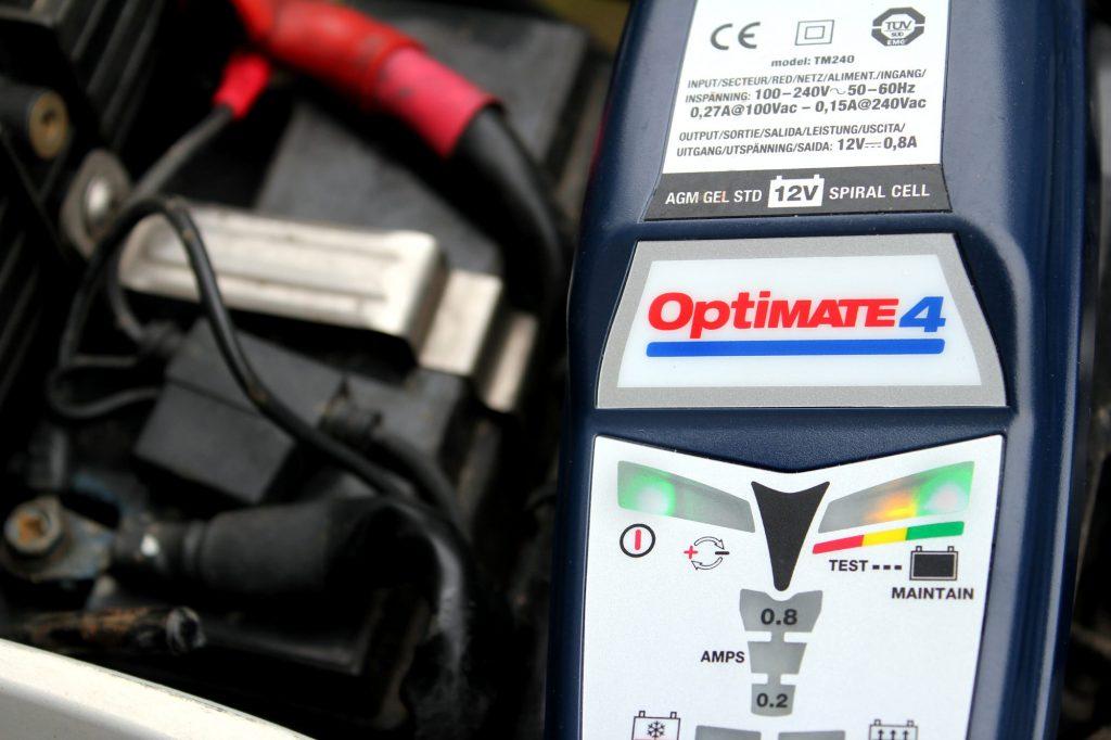 Certains chargeurs de batterie indiquent l'état de charge de la batterie – ici, entre 12,5 et 12,7 V