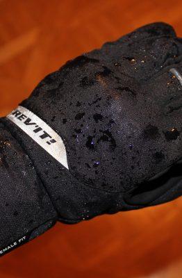 La membrane Goretex 100 % étanche permet à la main d'être au sec et de respirer correctement.