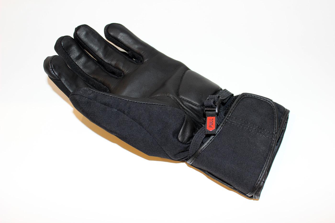 Le design minimaliste et la coupe parfaite des gants Rev It Chevak GTX Ladies sont deux éléments qui font que ces gants ne transforment pas mes petites mains en grosses pattes d'ours
