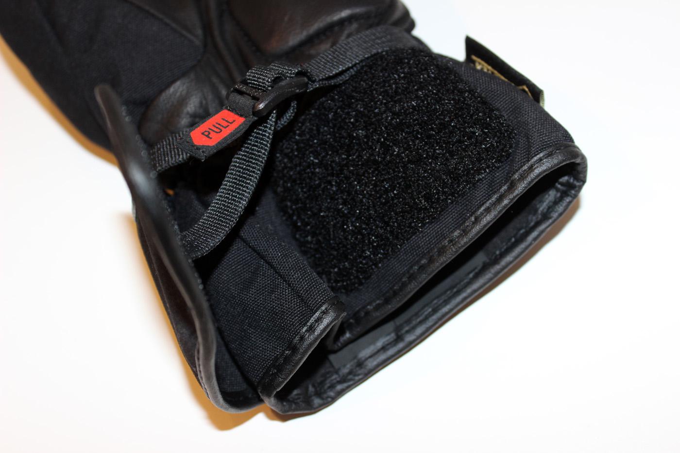 La manchette composée d'une fermeture Velcro est longue et passe sous un blouson qui une fermeture éclair réglable au bout des manches.