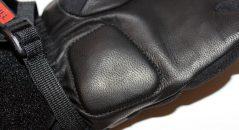 Le cuir de chèvre assure souplesse et résistance sur la paume de la main.