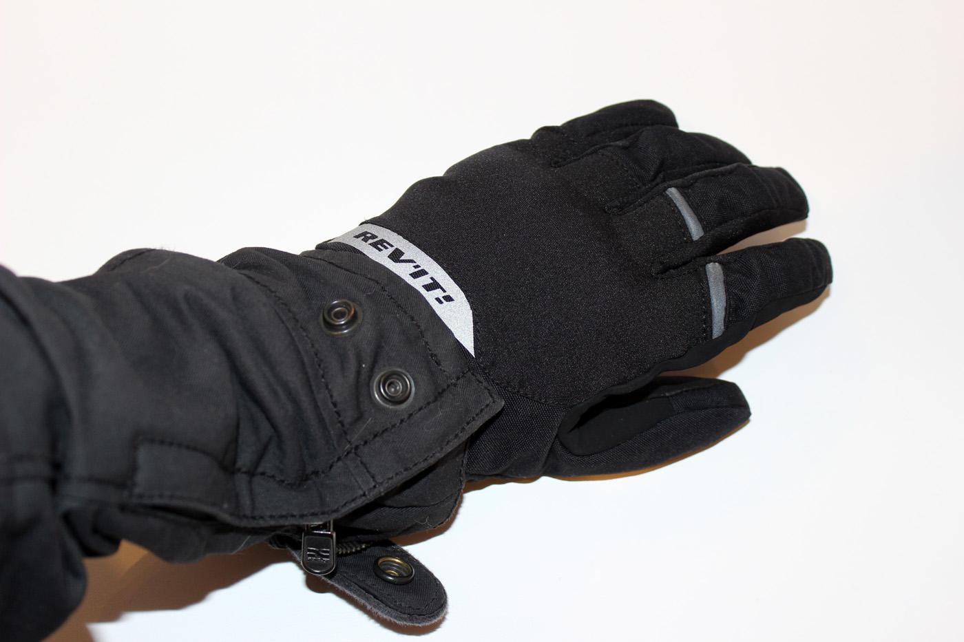 Le style épuré des gants Rev It Chevak GTX Ladies donne la possibilité de porter aussi bien un blouson cuir technique sport qu'un blouson au style plus urbain.