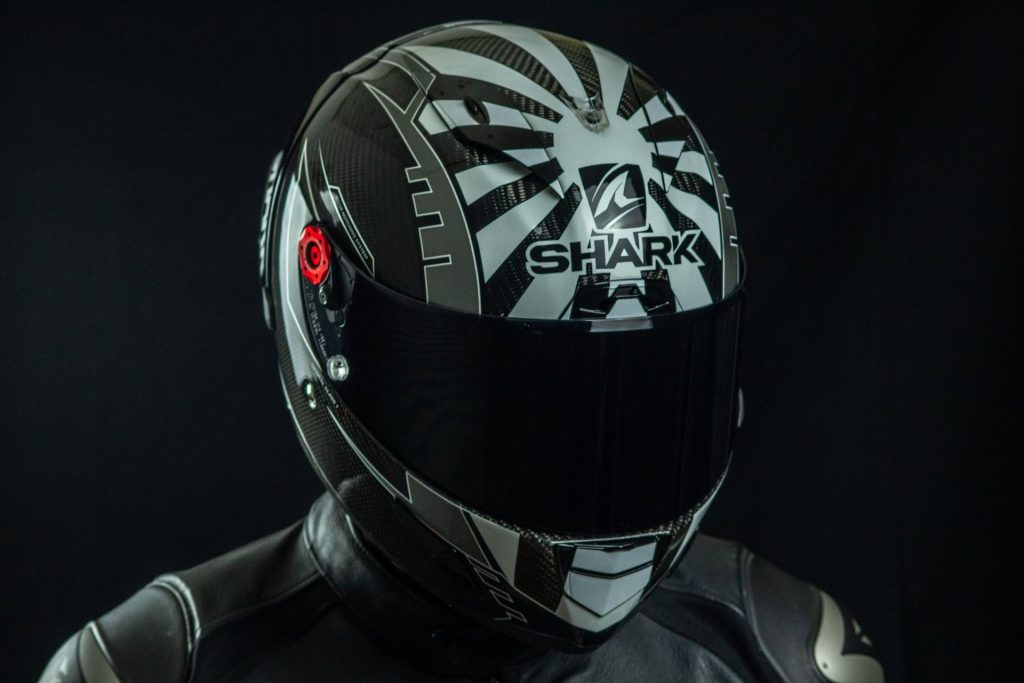 La décoration du casque Shark Race-R Pro GP est recouverte d'un solide vernis.
