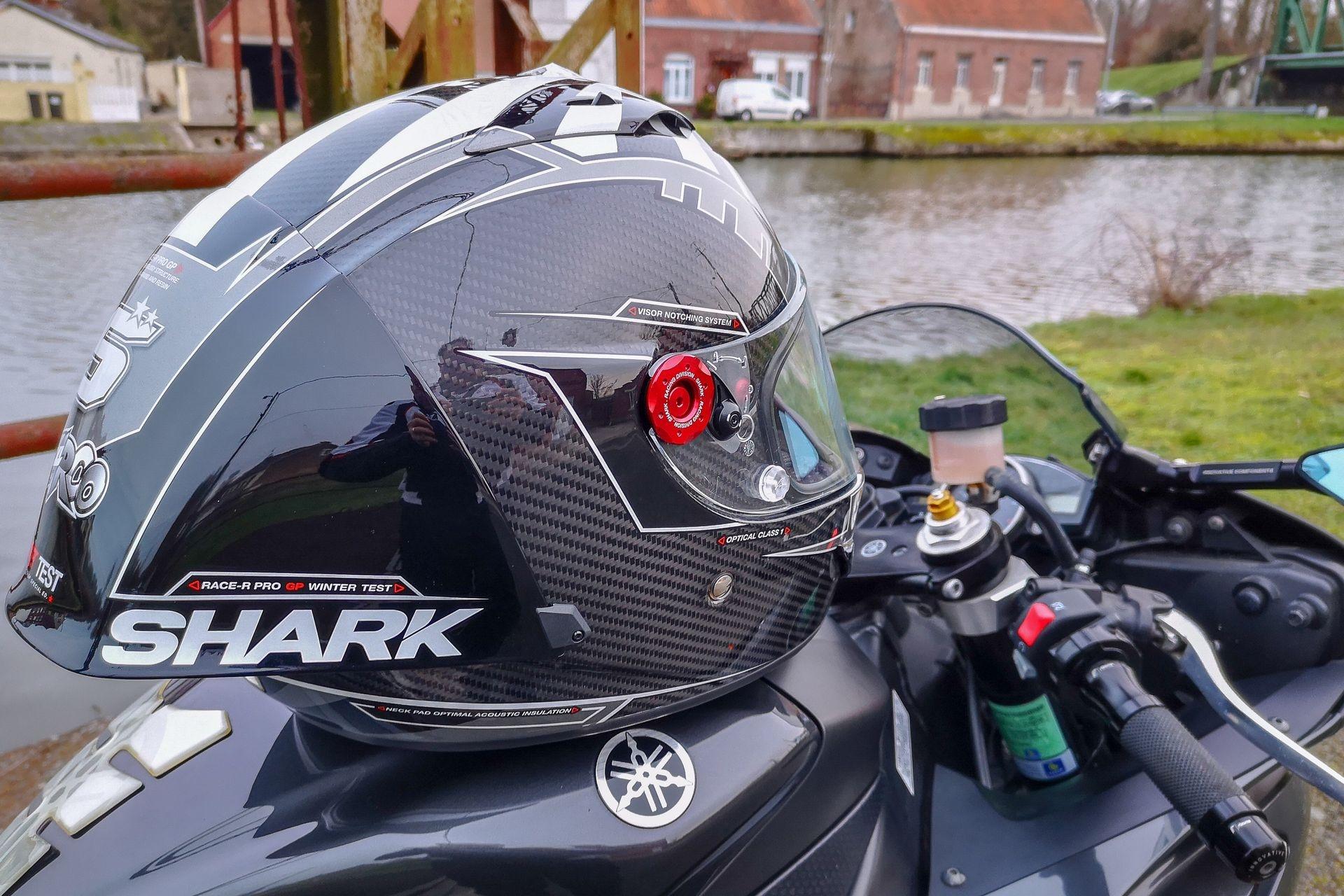 Essai du casque Shark Race-R Pro GP, idéal avec une sportive, mais pas seulement !