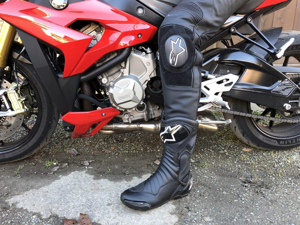 Bottes Alpinestars SMX 6 V2, avec un pantalon en cuir