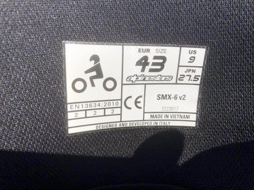 Bottes Alpinestars SMX 6 V2, l'étiquette d'homologation