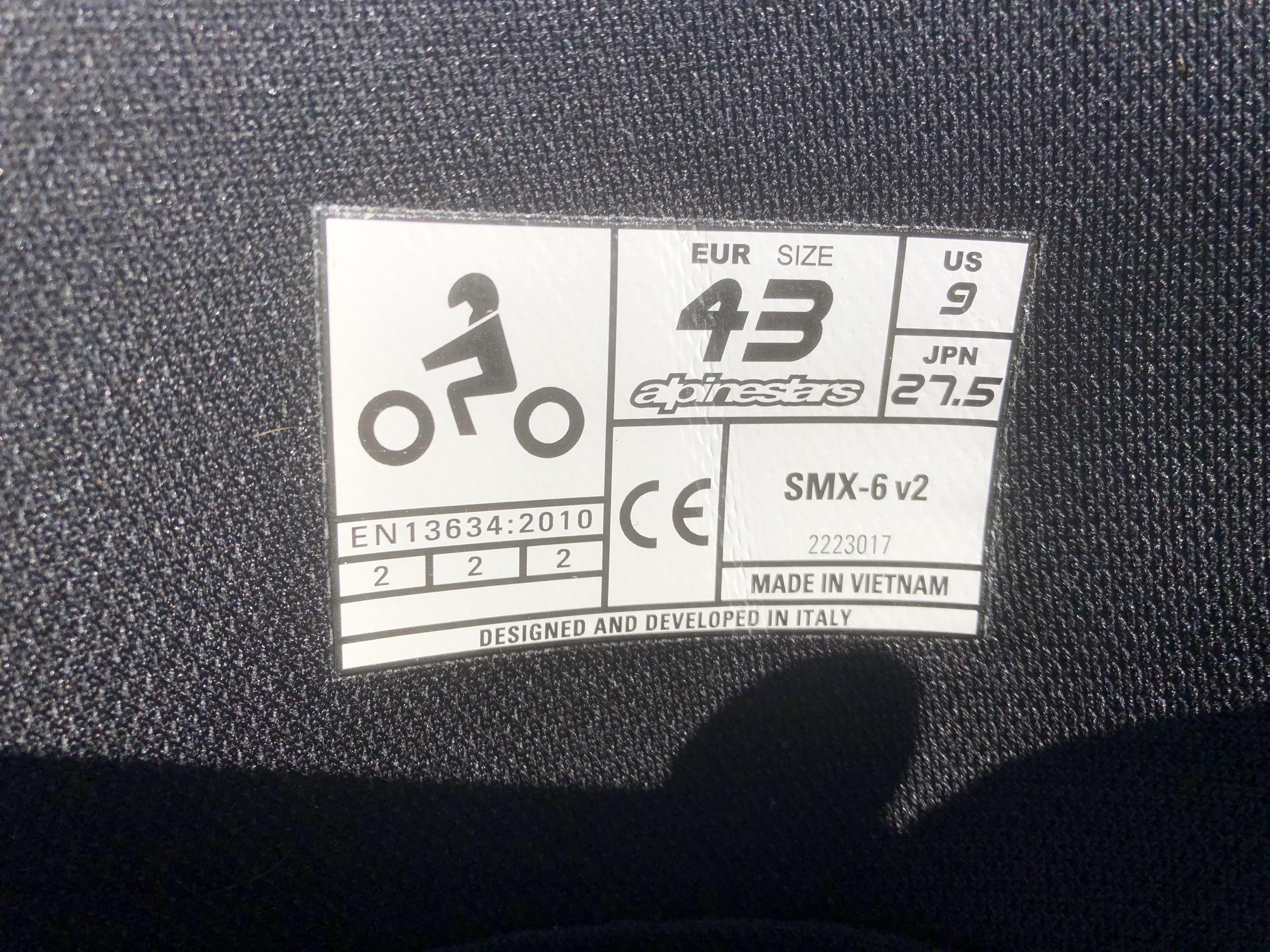 Les bottes Alpinestars SMX 6 V2 sont homologuées