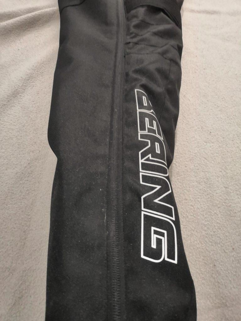 Un long zip pour la jambe sur le pantalon Bering Dusty