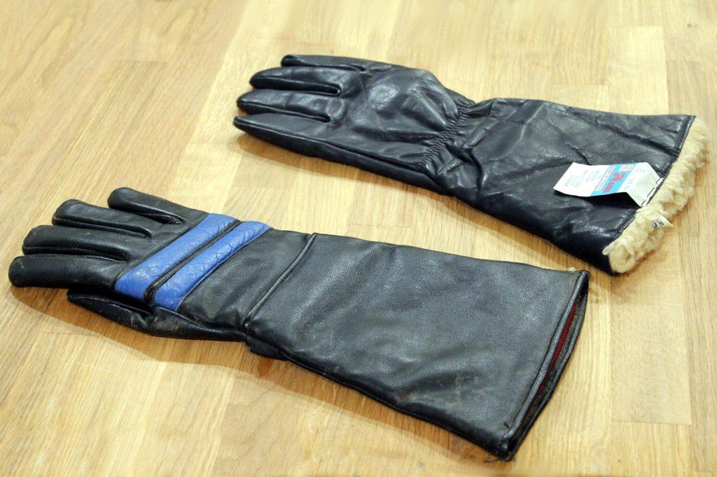 Le gant moto dans son plus simple appareil, version fourrée en arrière-plan