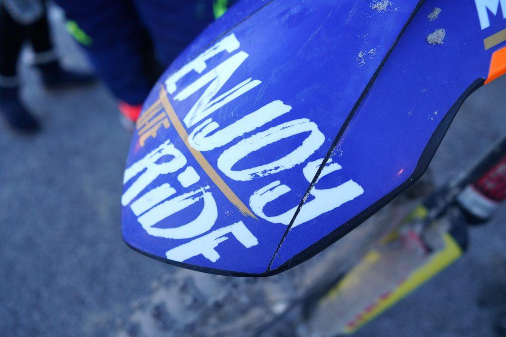 Voilà un logo Enjoy The Ride qui en aura vu de toutes les couleurs !