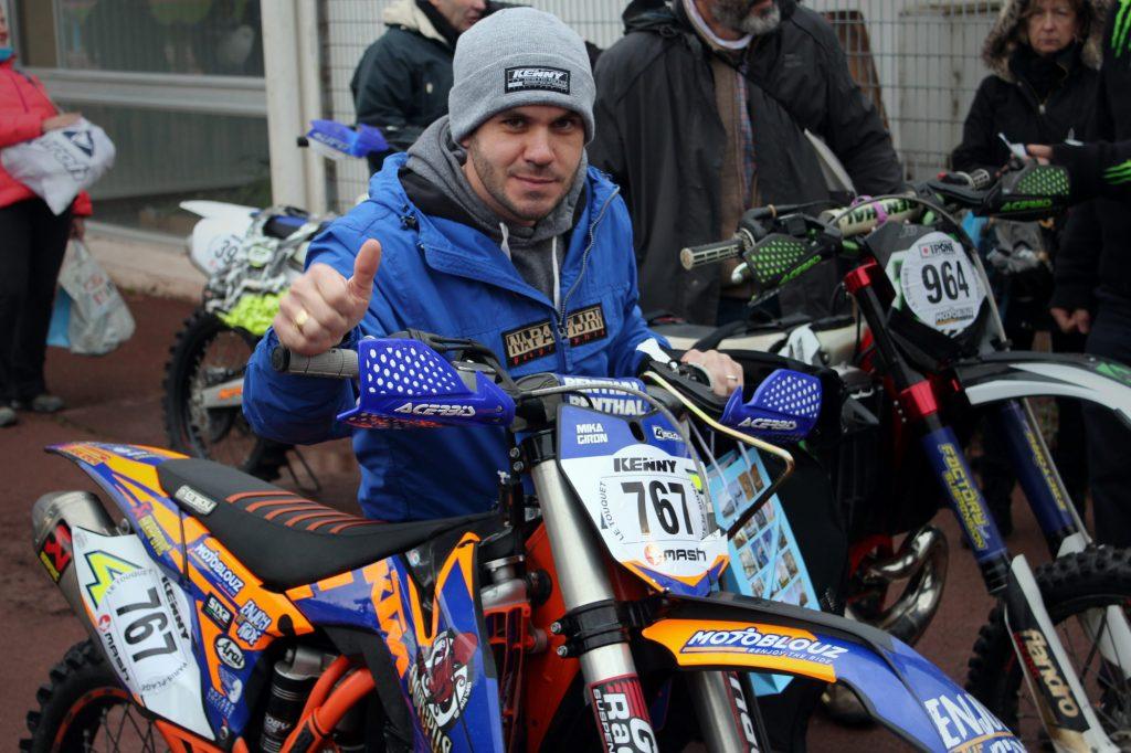 Mika Giron, la veille du départ de l'Enduropale, au parc des vérifs techniques