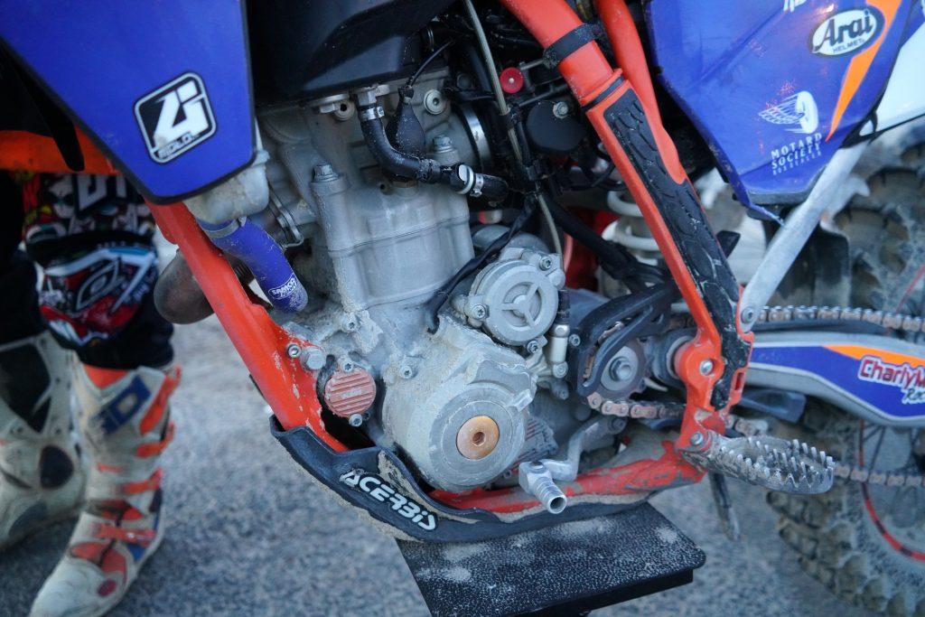Le moteur de la KTM 350 a perdu beaucoup de liquide de refroidissement pendant les 3h de course Ça chauffe !