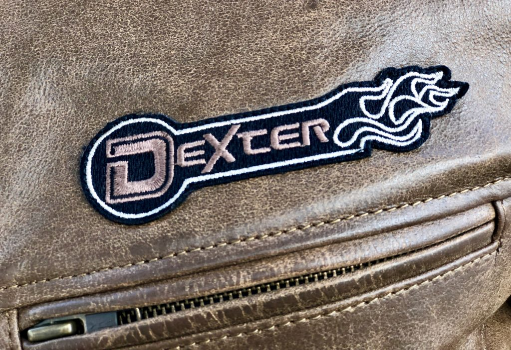 Le logo brodé sur le cuir du blouson DXR D63