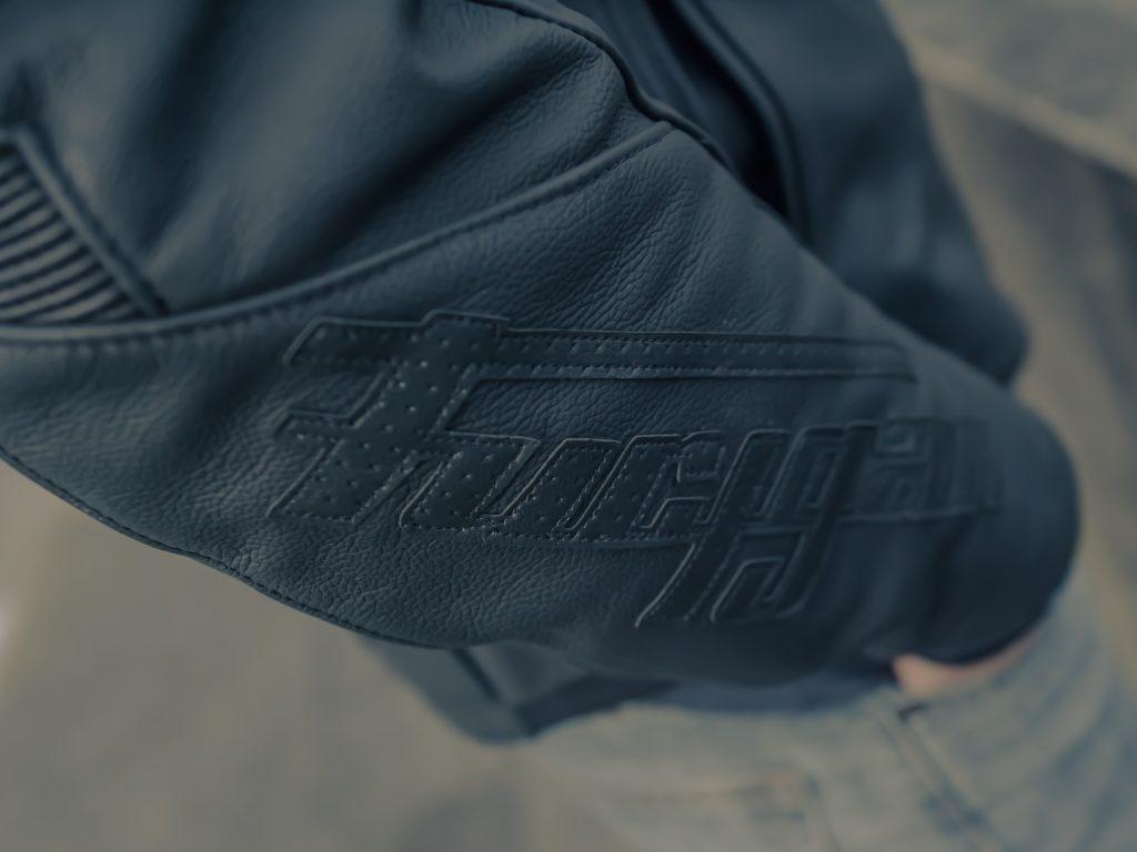 Logo sobre noir sur noir pour le blouson cuir Furygan Buck