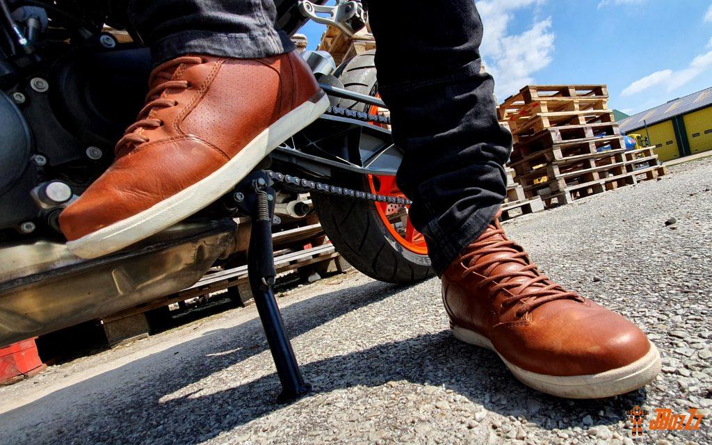 Portées avec un jean motard, les baskets Alpinestars vous offrent un look urbain, indétectable une fois au bureau !