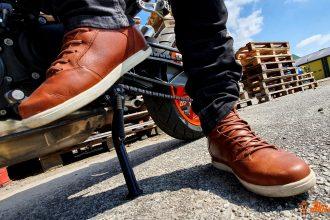 Baskets Alpinestars J-Cult Drystar portées avec jean motard