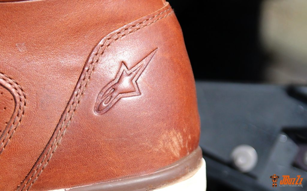 Détail bien intégré à la chaussure, le logo à l'étoile se fait discret…